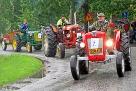 Kulkueen traktoriosastossa nähtiin muun muassa Valmetteja, Zetoreja, Porscheja ja Fergusoneja.