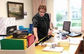 Mahtuisikohan tämä Liedon työhuoneeseen? Oili Paavola mitttaa Tarvasjoen kunnanjohtajan työpöytää.