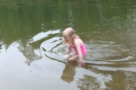 Kylmää! Pauliina Sainio arvioi Välimäen montun vettä.