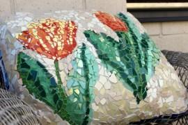 Seija Lehdon terassia koristava mosaiikkityyny ei ole ainoa pihan omistajan taidonnäytteistä.