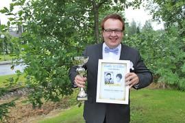 Ykköspokaali ja kunniakirja olivat Juha Simolan tuomisina laulukilpailusta.