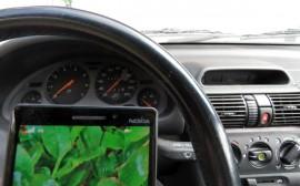 Poliisi valvoo kuluvalla viikolla tehostetusti kännykän käyttöä autossa. Kännykän käyttö ajaessa moninkertaistaa onnettomuusriskin.