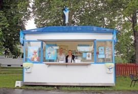 Jääteläkioski avasi sittenkin luukkunsa Koskella. Päivi Koskelin-Luhtala ja Henna Lehti toivottavat kaikki tervetulleiksi jäätelölle.