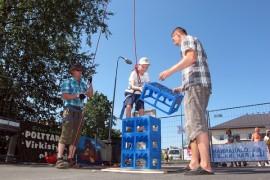 Viime vuoden Kohauksessa Aaro Seppä aloitti korikiipeilyn alhaalta mutta päätyi korkealle.   Jouni Nummila ja Miikka Saarinen varmistivat kiipeilyn turvallisuutta. (Kuva:Kiti Salonen)