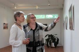 Virva Kangas ja Hannele Uotila pohtivat Magnetic Fields-näyttelyn töiden olevan rajuja ja hämmentäviä. (kuva:maija Palopski)