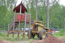 Leikkikenttä siirretään Kakarlammelle Rahkion kyläyhdistyksen voimin. Liukumäen ohella myös muun muassa leikkimökki, keinu ja keinulauta siirretään uuteen paikkaan. Kuva: Nelly Rauhala