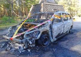 Henkilöauto paloi käyttökelvottomaksi Oripäässä maanantaina. Kuva: Simo Päivärinta