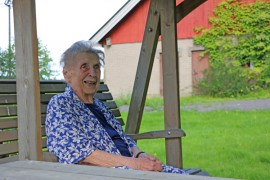 Elo perheen vanhassa torpassa maistuu terävässä kunnossa olevalle Hilja Lerkille. Ystävät ja sukulaiset käyvät, ja läheltä saa apua. Kuva: Heidi Pelander