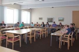 Valtuusto kokoontui tavanomaista harvalukuisempana. Kokouksesta puuttui viisi valtuutettua ja heistä vain yksi oli saanut paikalle varajäsenen.