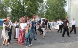 Kirjaston pihasta tuli poloneesin myötä melkein koko yleisön tanssisali.
