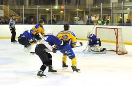 Taru Hockey pääsee kohtaamaan Kokemäen Kova-Väen tulevalla kaudellakin. KK-V koki Tarvasjoella kovia 8. maaliskuuta kun Taru Hockey voitti KK-V:n maalein 9–5. Kuva: AVL:n arkisto / Markku Pönni