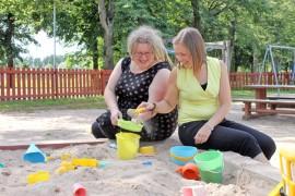 Kosken kunnan perheohjaaja Fiinu Seppä ja perhetyöntekijä Tuija Niemelä auttavat perheitä selviytymään arjessa.