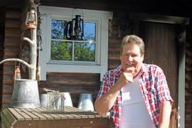 Kalevi Mäntysaaren käsissä pysyy myös kirves ja vasara. Torstaina seitsemänkymppisiään viettävä Mäntysaari on rakentanut muun muassa pihallaan olevan savusaunan.