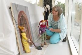 Sirpa Niemelä loi temppuilevan Jeremias-nuken aikanaan Uudenkaupungin Nukke- ja pellepäiville. Jeremiaksen seurassa kirjaston ikkunassa on Jakoliina-marionettinukke. Kuva: Marika Koliseva