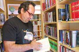 Ruskolainen Rauno Sinkkonen teki Tarvasjoen kirjastossa ostoksia lauantaina. Kuva: Heidi Pelander