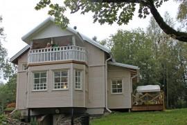 Hannu ja Ilmi Rönnemaa saivat lapsenlapsiltaan ajatuksen remontoida vilja-aitan taloksi.