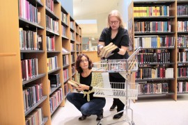 Lainaustauon aikana Auran kirjaston hyllytystä tullaan muuttamaan. Laila Uusitalo ja Paula Hyvärinen suunnittelevat jo romantiikan ja dekkareitten uutta järjestystä.