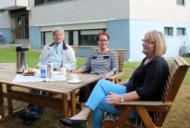 Harri Muurinen, Liisa Ojaniemi ja Anne Siukonen ovat tyytyväisiä taloyhtiössä runsaat kolme vuotta sitten tehtyyn ratkaisuun.