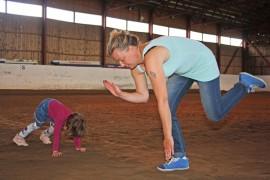 Melkein kuin oikeita hevosia. Eeva Kärri ja tyttärensä Moona Knaapinen, 3, innostuivat ratsastamisesta ilman hevosta. Kuva: Maija Paloposki