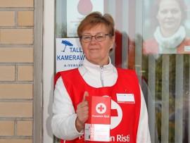 Nälkäpäiväkerääjät tunnistaa punaisesta  lippaasta. Auran osaston keräyspäällikkö Tuire Virtanen on valmiina lähtöön.