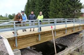 Uudesta tuli entistä ehompi. Sakari Seppälä, Jorma Rekirikko, Esa Malka ja Kimmo Kallio osallistuivat Mielontien sillan rakentamisen loppukatselmukseen.