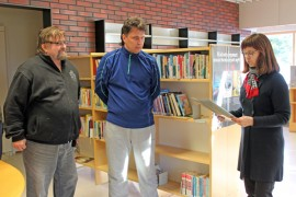 Timo Isotalo ja Juha Vuorela ottivat yhdistysten puolesta lahjoituskirjan kirjastotoimenjohtaja Päivi Kettulalta vastaan.