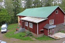 Vuorilinnan katto on jo pääosin maalattu ja ulkolaudoituksen uusiminen aloitettu. Sisäremontin valmistumiseen menee useampi vuosi.