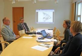 Reino Kallio, Kari Jokela, Marianne Mäkelä ja Minna Savo esittelivät Riihikosken yhtenäiskoulun tilaohjelmaa, joka pitää sisällään myös tulevaisuudenvarauksen vaativan erityisopetuksen sekä esiopetuksen ja varhaiskasvatuksen tiloista.