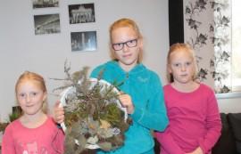 Elena, Mirabelle ja Jeannette Mikkola tekivät yhteisen korikranssin.