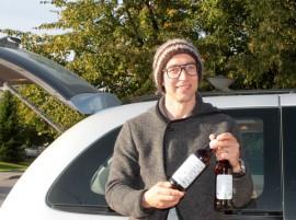 Janne Rauhansuun esittelemät, vähittäiskauppaan menevät Myssyfarmin rypsiöljypullot matkasivat perjantaina Jokioisiin.