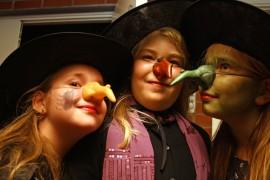 Näiden noitien nenillä on kokoa! Emmi Nyholmin, 9, Erica Sikiön, 9, ja Jessika Porthenin, 9, asuun kuului myös tekokynsiä ja viittoja. Kuva: Maija Paloposki