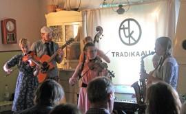 Tradikaali on esiintynyt Koskella monta kertaa aiemminkin. Heinäkuussa 2014 yhtye piti levynjulkistamiskonsertin koskelaisessa Purhaan tuvassa. Kuva: Nelly Rauhala
