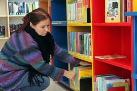 Annamari Koski kertoo koululaisten lainanneen syyskuussa yli 600 kirjaa.