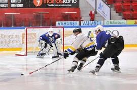 Chiefs heräsi kolmannessa erässä ja moukaroi viisi maalia Taru Hockeyn verkkoon. Kuva: Markku Pönni