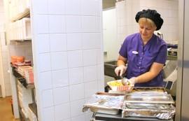 Tarvasjokelaisten kotipalveluateriat annostellaan jatkossakin Hyvinvointikeskuksessa. Riitta Etutalon mukaan sekä lämpimänä toimitetulla ateriapalvelulla että kylmäkuljetuksilla on puolensa.
