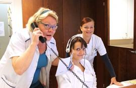 Vastaanottopalveluiden osastonhoitaja Merja Laurén, sairaanhoitaja Hanna Kaarto ja asiantuntijassairaanhoitaja Eeva Kujansuu-Laine kannustavat käyttämään takaisinsoittopalvelua.