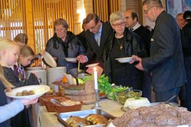 Messun jälkeen kirkkokansa pääsi 1700-luvun pitopöytään. Tarjolla oli muun muassa munavuokaa, piimäjuustoa, täytettyä lohta ja papuja valkokastikkeessa.