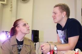 Patrik Jansson ja Samuli Ratas esittävät näytelmässä kaksikkoa, jonka kohtaaminen ei suju aina törmäyksittä.