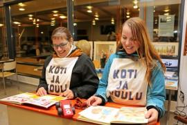 Merja Männikön ja Kirsi Niemisen kokoamassa vanhojen koulutavaroiden näyttelyssä pääsi maanantai-iltana muistelemaan omaa kouluhistoriaansa.