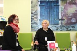 Mari Männikkö ja Maarit Mäntylä toivottavat perjantaina tervetulleeksi tutustumaan Sarastuksen tiloihin ja henkilökuntaan.