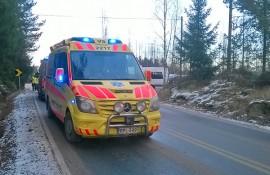 Poliisin lisäksi onnettomuuspaikalla Koskella kävi myös kaksi ambulanssia. Kuva: Simo Päivärinta.