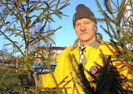 Harri Muurinen myy joulupuita Auran K-Marketin pihalla. Kauppa jatkuu keskiviikkoon asti. Joulukuuset ovat Auran metsistä haettuja.Kuva: Maija Paloposki