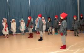 Ensimmäisen luokan Tontut ja Keijut -esitys on tuttu ja tunteita herättävä jo useammallekin sukupolvelle.