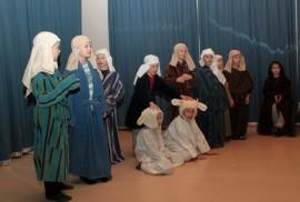 Toisluokkalaisten joulukuvaelmaan kuuluivat tietysti myös paimenet ja lampaat.