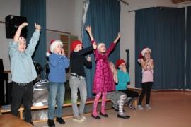 Kolmannen luokan Lausuu tonttujen kanssa -näytelmän katsomo tuuletti runoryhmä Kuusikon Seitsikon saamia pisteitä.