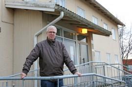 Entisen kunnantalon portailla seisovan Tarvasjoen kunnanjohtaja-emerituksen Stig Nybergin mielestä paikkakunnan vetovoima kasvoi kuntaliitoksen myötä.