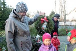Katariina Lehtonen poikkesi tyttärensä Ainon ja poikansa Einon (ei kuvassa) kanssa ostamaan tonttukranssin. Ritva Sirkiän apuna kranssien esittelyssä ovat lapsenlapset Petra ja Ossi (oik.)