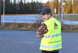 Metsästäjät sonnustautuvat tällaisiin huomioliiveihin karkottaessaan susia kyliltä. SRVA-liiviä esittelee pöytyäläinen petoyhdyshenkilö Hannu Aalto.