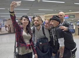 """Selfiet bändin kanssa olivat suosittuja. Vielä viimeinen lentokentällä ennen kotiinpaluuta. Ikuistettavana Lara Bothe, Krister Stenbom, Tuomas Pelli, Risto Tuominen, Jori Tojander ja Janne """"Gekko"""" Granfors. Kuva: Marika Koliseva"""
