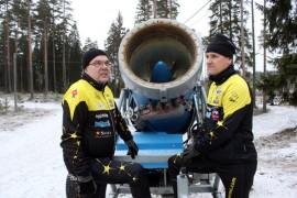 Veikko Salmi, Jyrki Alikeskikylä ja muut Haukkavuoren talkoolaiset odottavat malttamattomina pakkasen kiristymistä. Näillä näkymin tykki käynnistetään uudenvuoden jälkeen ja hiihtämään päästään jo Veikonpäivänä.
